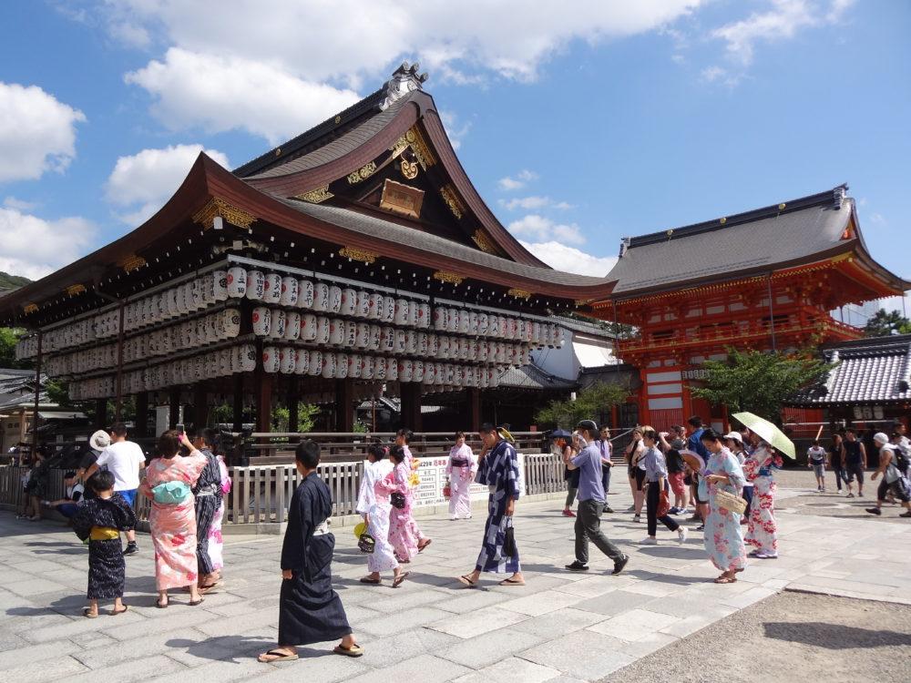 Japanese tourists in kimono, Yasaka Shrine, Kyoto